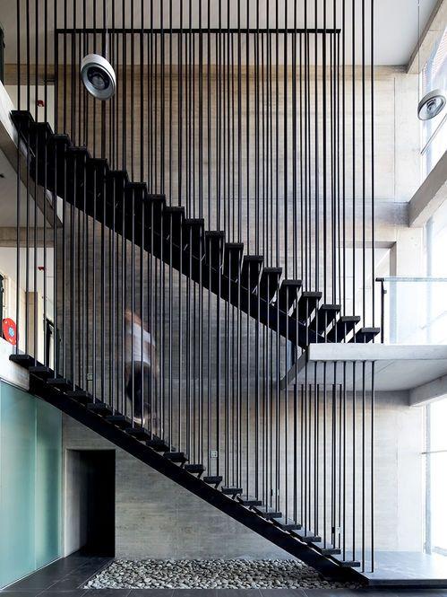 Escada com linhas verticais Arquiteto: Ferreteria O'Higgins GH+A Arquitectos