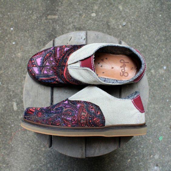 Esse lindo calçado já foi um dia um retalho...e hj é um oxford único a procura de sua cinderela <3  você pode encontra-lo em: http://ift.tt/1D4Joer @oficinadagasp  Farrapo #upcycledshoes #upcycling #ecofriendly #ecofashion #exclusivo #ecoshoes #veganshoes by farrapocustom found via http://ift.tt/1C7GJT5