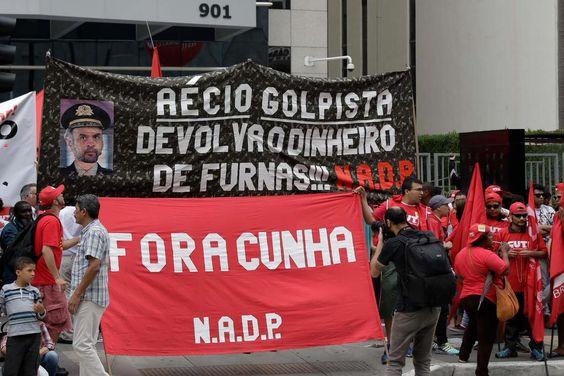 Em ato pró-Dilma em SP, movimentos sociais atacam Aécio Neves e Eduardo Cunha http://bit.ly/1iUtNb0