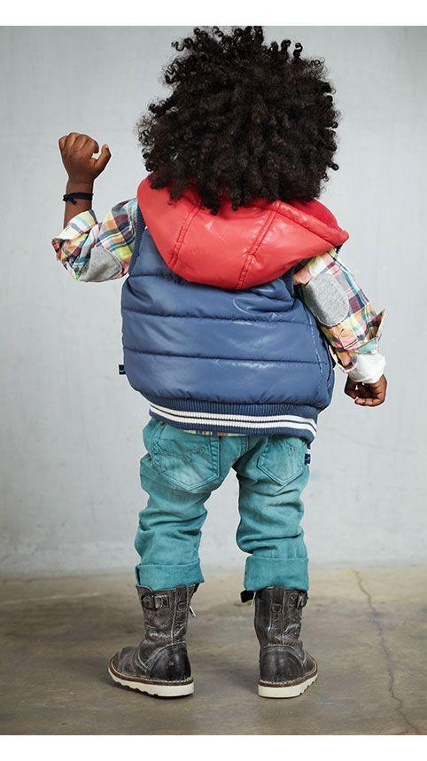 Stoere Jongens outfit. Spijkerbroek, overhemd en bodywarmer, allemaal van het babykleding merk Babyface.