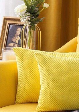 Egal ob im Textilbereich, bei den Polstermöbeln oder Möbeln: Wer sich die Sonne ins Haus holen will, liegt mit dem Farbton der einstigen Blumenkinder-Generation der 70er Jahre goldrichtig.