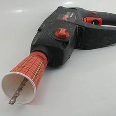Use una taza de papel para recoger los escombros cuando se perfora en el techo.  ¡Que buena idea!