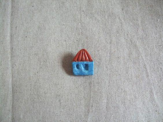 青い壁の小さなお家のブローチです。きっと、あの人が待っていてくれます。さぁ、ドアをノックしましょ♪サイズ:横2.3㎝×たて2.8㎝ 厚さ:ピンも含...|ハンドメイド、手作り、手仕事品の通販・販売・購入ならCreema。