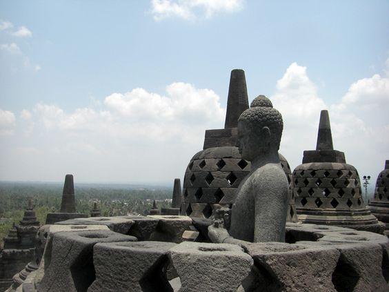 Bereits 1991 als Weltkulturerbe der Menschheit anerkannt gilt die Anlage als das bedeutendste Bauwerk des Mahayana-Buddhismus auf Java.  #Indonesien #Java #Borobudur #Tourismustv