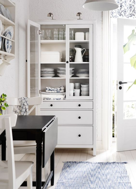 Weiss gebeizte hemnes vitrine mit glasturen und 3 for Ikea küchenvitrine