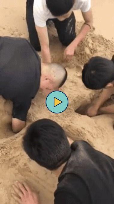 os meninos estao cavando e o cachorrinho ajudando