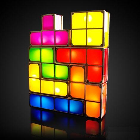 Lampe Tetris Modulable L'un des plus célèbres jeux vidéo rétro sort de sa console pour débarquer dans votre salon. Branchez la première ligne du puzzle puis emboîtez les pièces comme bon vous semble, elles se mettront à s'allumer au fur et à mesure de votre construction.