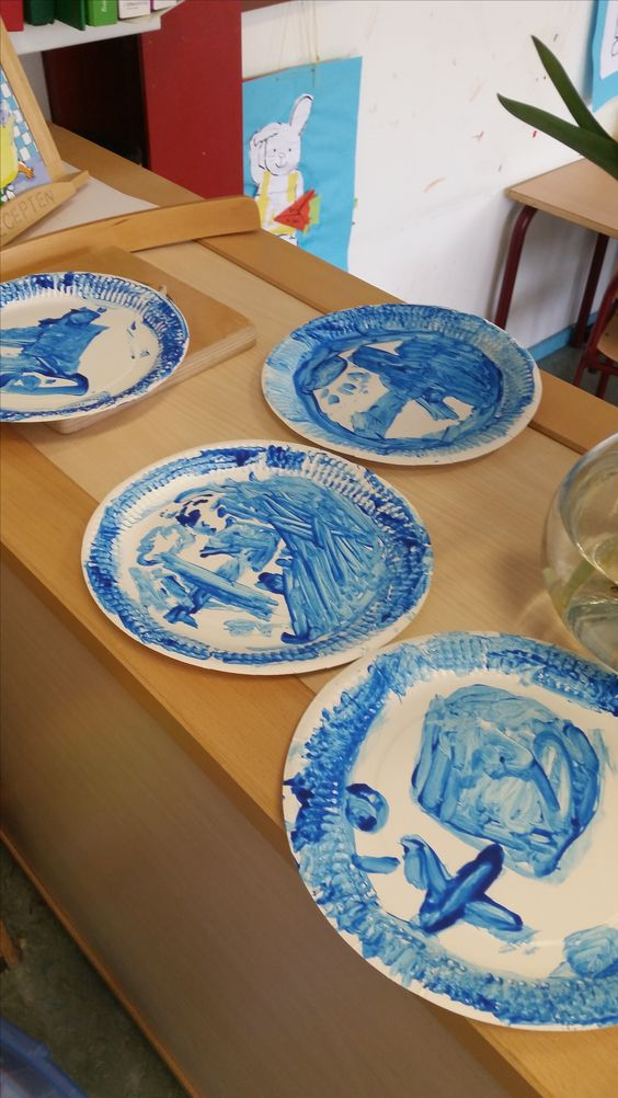 Plastic bordjes + blauwe verf = enorm leuke Delfts Blauwe bordjes voor tijdens thema Nederland.
