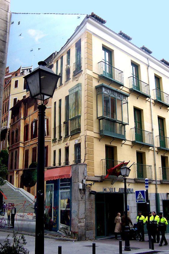 Trampantojo en la calle Montera, número 22, podemos encontrar un trampantojo de Alberto Pirrongelli, antiguo pintor de carteles de cine, realizado por los años 80 para tapar la fea medianería que quedó al retranquearse parte de la calle, que luego no se ha proseguido. Representa la continuación simulada del edificio, en donde es difícil diferenciar los balcones reales de los falsos, incluso del cielo. En los balcones aparece asomada una mujer de avanzada edad; en los bajos la floristería…