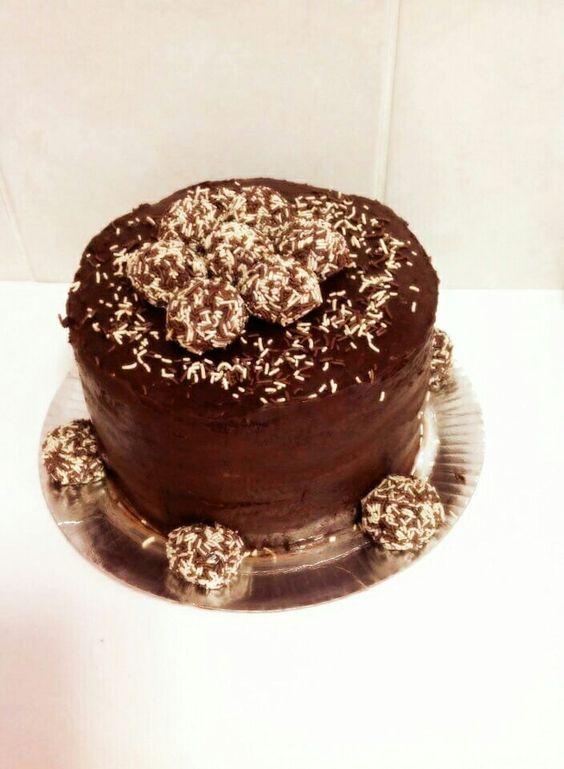Bolo de chocolate recheado com brigadeiro de chocolate e brigadeiro de leite ninho coberto com ganache