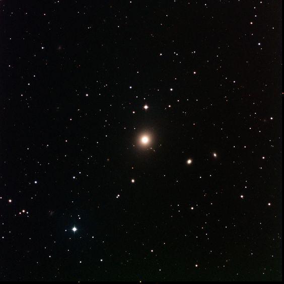 M87 |  Galaxia elíptica fácil de encontrar en la constelación de Virgo, famosa por sus chorros.