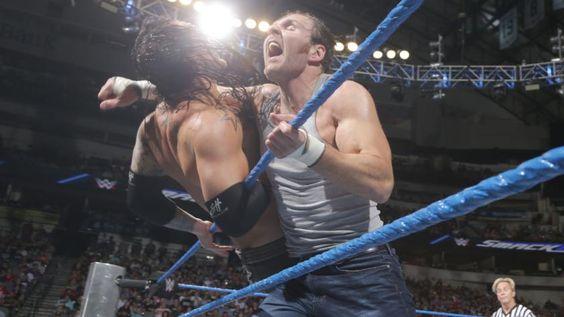 Dean Ambrose le da batalla al Lobo Solitario.