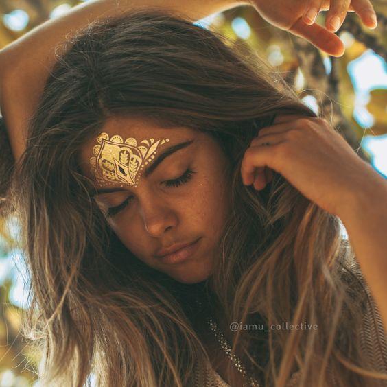 Essa pele dourada pelo sol com o dourado da tatuagem dominaram sem precisar fazer força só encantar e fazer o gem. ಠ_ರೃ)✿╭⊰✿ SOL HOLME ✿╭⊰✿(ಠ_ರೃ)