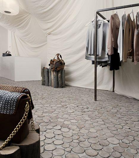 Natur orientiertes Ladendesign. Wände bestehen aus weißen Leinen #Weiss #Ladenbau