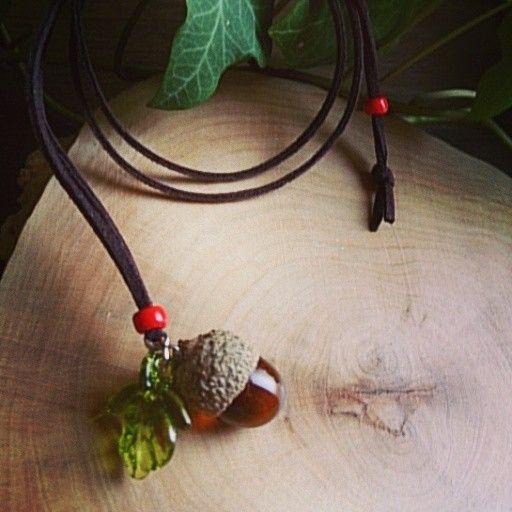北海道産のミズナラのどんぐり帽子を使用(煮沸消毒、天日乾燥済み)実と葉っぱの部分をガラスで作りました♪ヒモの長さは80㌢フェイクスエード調です。Glassと自...|ハンドメイド、手作り、手仕事品の通販・販売・購入ならCreema。