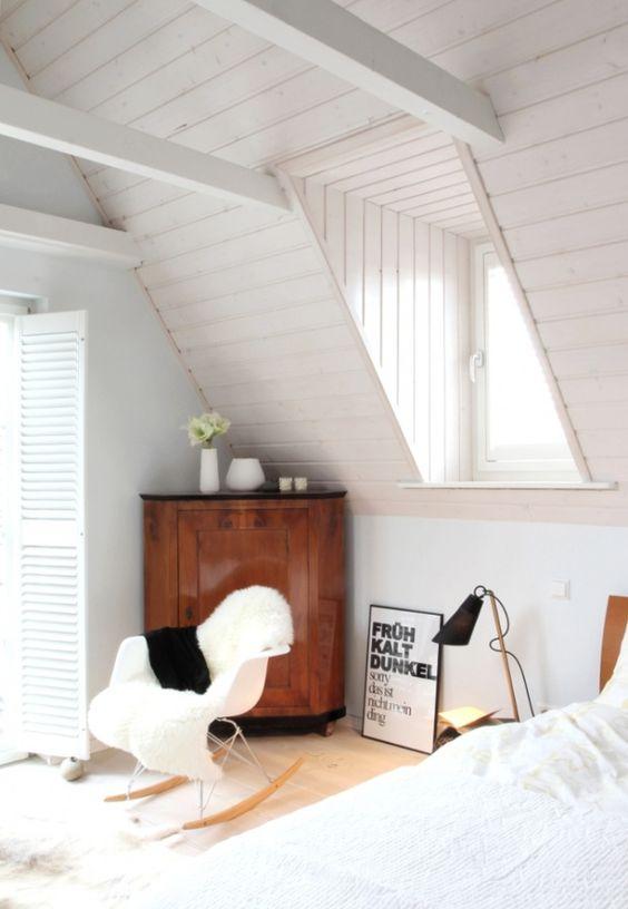 Tagesanfang bei dichtem Schneetreiben, Tags Schlafzimmer, Weiß, Eames RAR, Schlafzimmer, Dekoideen, Designklassiker, Grafik Design, Wandvertäfelung, Domus Leuchte