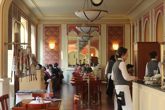 Schade, meiner Mutter gefällt es nicht...aber vielleicht kann ich sie zu dem Zeitungsständer überreden...!!! Cafe culture - Prague - Cafe Louvre