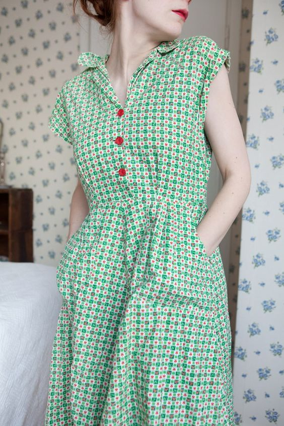 An Absolutely lovely Vintage House Dress... looking super comfy and has pocket too.: