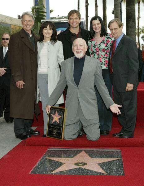 Donald P. Bellisario (klečící; tvůrce NCIS) spolu s týmem při slavnostním aktu udělení hvězdy na Hollywoodském chodníku slávy, březen 2004