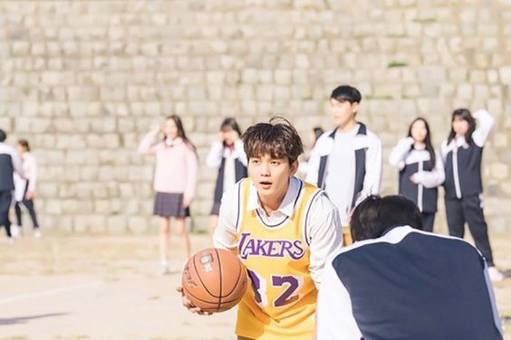 "Yoo Seung Ho Has Fun Playing Basketball In ""My Strange Hero"""