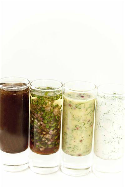 Vinaigrettes de toutes sortes : échalote-ciboulette,confit d'oignons, herbes à la crème, sauce gravlax