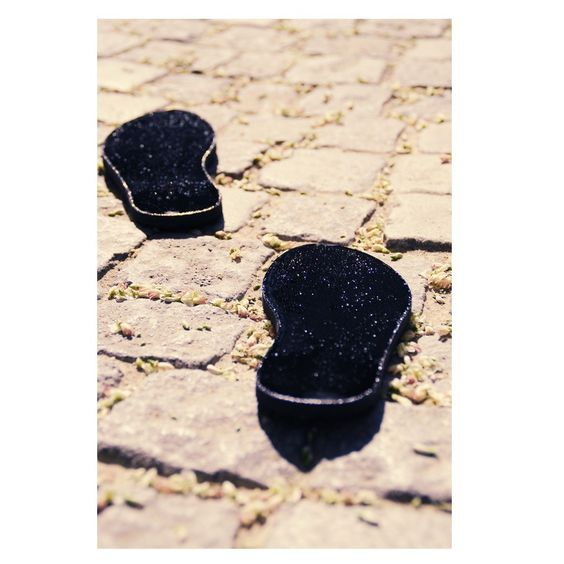 Firsties selbsthaftende Free Shoes - Selbsthaftende Flip-Flop ohne störenden Zehenhalter! So frei haben sich deine Füße noch nie gefühlt!  • einzigartiger Fußsohlen-Schutz mit natürlichem Barfuß-Gefühl • hoher Tragekomfort durch Anpassung an das jeweilige Fußbett • 100% geprüfte Hautverträglichkeit des Klebers • inkl. wiederverwendbare Schutzfolie und ...