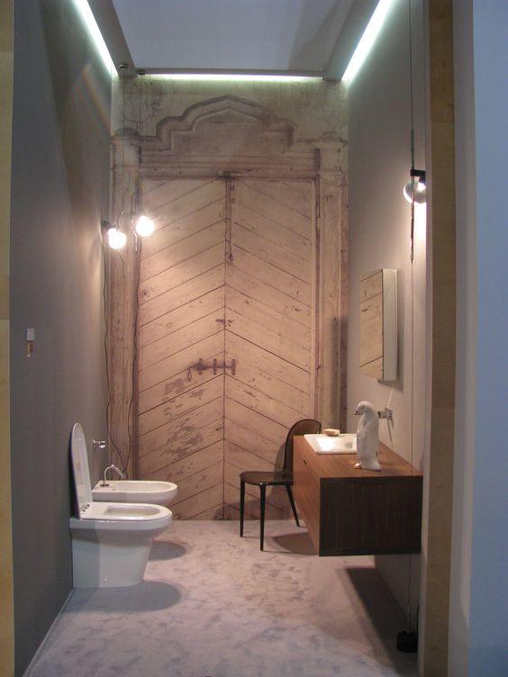 Una porta antica per un bagno moderno. l'illusione si vive anche ...