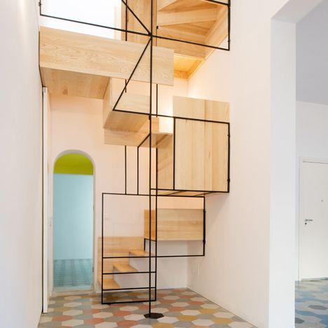 Escadaria escultural conecta dois pisos de mosaico na casa de um velho pescador na Sicília
