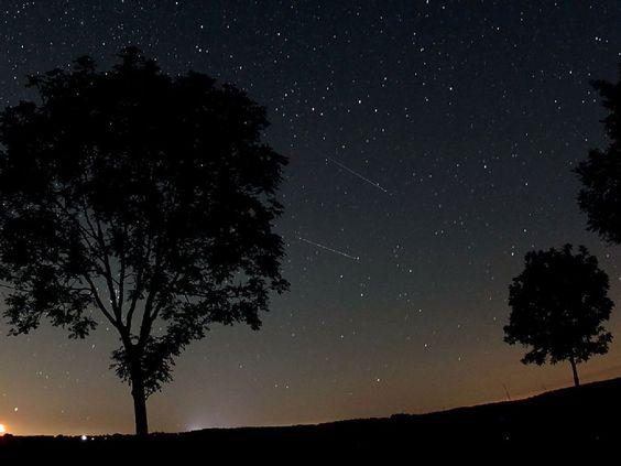 Zwei Sternschnuppen der Perseiden (Bildmitte) in der Nähe von Nettersheim in der Eifel. - dpa