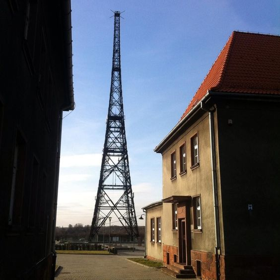 ...Podobno jest najwyższą drewnianą wieżą na świecie 111m wysokości...Moja Tour Eiffel tuż za zakrętem... #radiostacja #gliwice #wieża #drewniana #broadcasting #station #spacer#walk#niebo #chmury #clouds #sky #mojemiasto #gliwice #city #silesia #śląsk #lubiepolske #kobieta #women#piękny #dzień by ja_harmonia