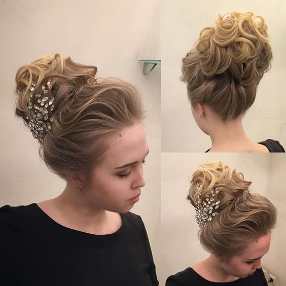 Как вам такой воздушный пучок?)) Позже скину видео )_____________________________________________How do you like such a light bun?)) later I will post a video )#weddinghairstyle #Прическисочи #свадьбасочи #hudabeauty @hudabeauty @hair.video @makegirlz @hairmakeupdiary