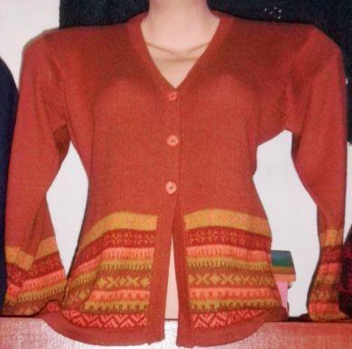 Orangene #Damen #Strickjacke aus #Alpakawolle In allen Größen lieferbar. Die Jacke ist aus samtweicher Alpakawolle gefertigt und mit Intarsien aufwendig gestaltet. Eine wunderschön elegantes Modell aus den besten Materialien.  Die Alpakawolle, zählt zu den kostbarsten Wollsorten weltweit. Ein Hochgenuss wenn Sie edle Stoffe und Materialien lieben.