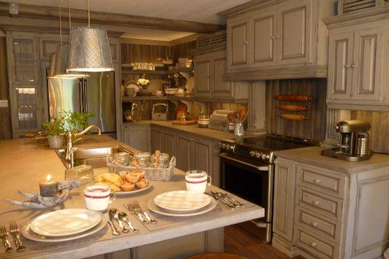 La cuisine les airoldi retapent leur chalet canal vie for Decoration maison jean airoldi