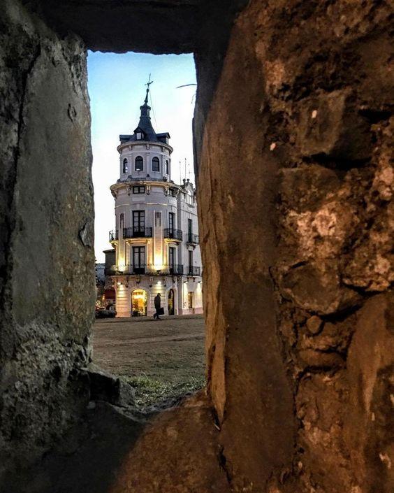 Buenas tardes, vista de la casa la rubia desde una de las aspilleras del muro de entrada a la #ciudadela de #Jaca  Foto gracias a analoart
