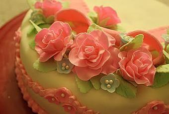 Un sencillo tutorial para aprender a hacer unas bonitas rosas que adornen tu tarta fondant. Visto en: Gwen´s kitchen Creations Tutorial para hacer rosas con fondant Así que tengo un kit de decoración definitiva para la