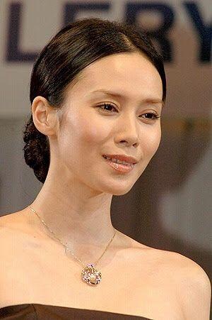 中谷美紀胸元の美しいジュエリーが目立つ画像