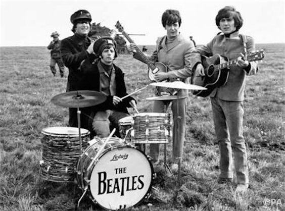 草原で演奏するビートルズ