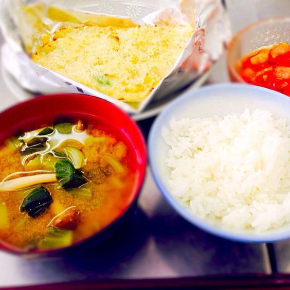 食生活改善推進員による講習会に参加させていただき教えていただいたメニューです。なるべく野菜を多く取り入れてました。おなかいっぱいです。 - 92件のもぐもぐ - サーモンとキャベツのポテト焼き、トマトマリネ、きのこと青梗菜の味噌汁、ごはん by qpchan