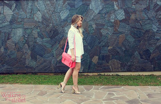 Look total white bolsa rosa sapato metalizado maxibrinco
