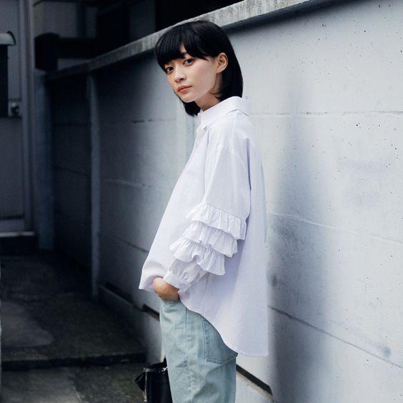 白いシャツを着た田中真琴