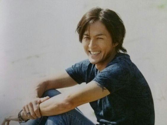 笑う稲葉浩志