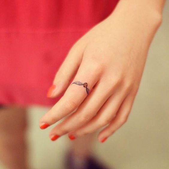 Pomo de Ouro!!! #HP Conheça nossa grande seleção com 90 fotos de exemplos de tatuagens no dedo para você se inspirar. Confira!