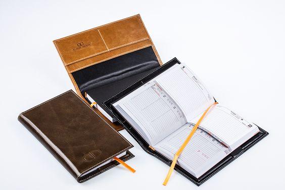 Pocket Kalender Buchhülle aus Leder inclusive patentiertem Design Kalender. mit goldfarbenem Merkband und schwarzem Flexcover Einband. Das Kalendarium besteht aus 2 Teilen. Oben mit einzelnen Tagesübersichtsblättern - unten mit der Wochenübersicht auf einem Blatt. Der Kalender ist jedes Jahr als Ersatzartikel nachbestellbar. (Lieferung ohne Schreibgeräte) H A N D M A D E   I N   G E R M A N Y