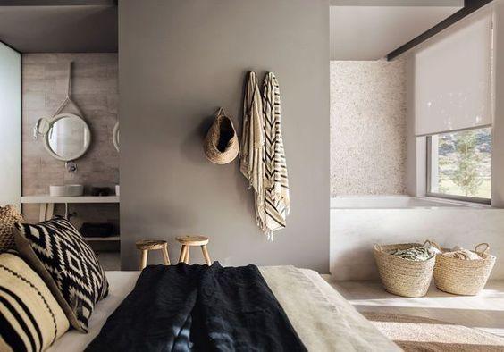 Décoration cozy dans une suite parentale avec salle de bain ouverte