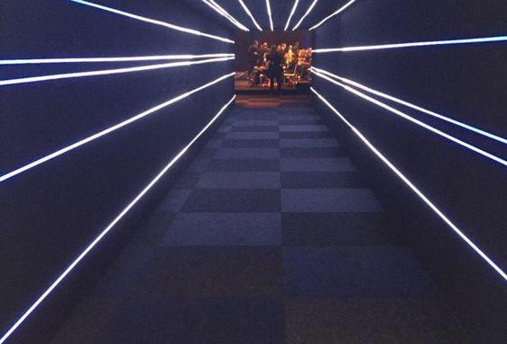 Der geschlossene Walkway Tunnel verband die Delta Vista mit der rückwertig gebauten Anova Vista Eventhalle. Der Tunnel wurde durch eine LED-Installation zu einer 'Stromschnelle' zum Leben erweckt. #APMTerminals