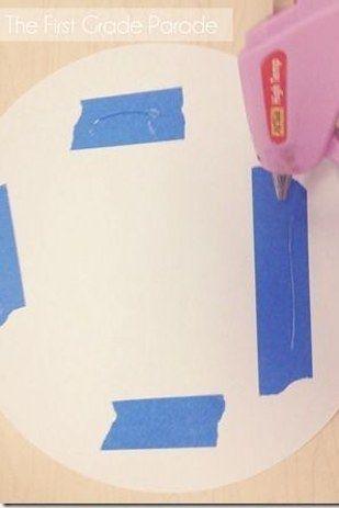 Usa cinta de doble cara o pegamento caliente SOBRE la cinta adhesiva de pintor para no arruinar las paredes… | 37 trucos increíblemente ingeniosos y útiles para los maestros de escuela