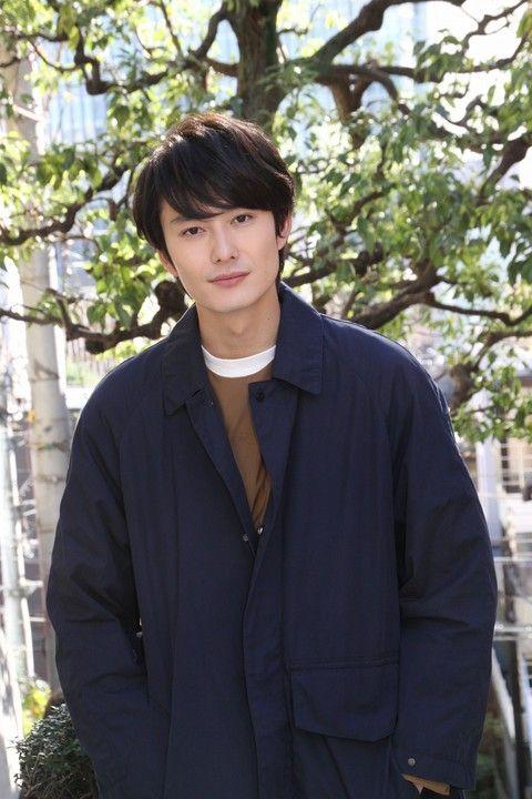 ネイビカラーのジャケットと岡田将生のファッション