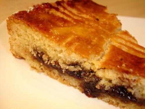 Gâteau Basque à la confiture de cerise - C'est à Cambo les Bains au XVIIème siècle que l'on prépare pour la 1ère fois le gâteau Basque, on lui ajoute confiture de mûre, figue, prune ou cerise… et au XIXème, le gâteau est fourré à la crème.