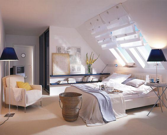 Schlafzimmer unterm Dach Damit es in diesem Schlafzimmer gemütlich wird, ist unter den Dachschrägen eine Nische als Kleiderschrank abgetrennt. Das sorgt optisch für Ruhe und eine optimale Nutzung der Fläche. Helle Farben geben dem Raum Frische, lassen ihn größer wirken und unterstreichen damit den wohnlichen Charakter. Dekorative Faltgardinen nehmen den lichtdurchlässigen Rollos am Fenster ihre streng nüchterne Ausstrahlung.