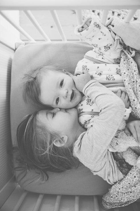 Hello! Family Inspiración Preciosa foto en blanco y negro. Amor de hermanos.Perspectiva